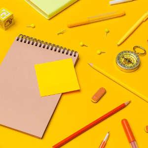 Grafik mit Block, Stiften, Notizzettel und Radiergummi - bildlich für Arbeit an kreativen Texten