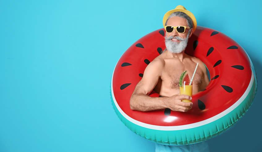 Hipster mit Schwimmreifen und Cocktail als Beispiel für Zielgruppenansprache im Marketing