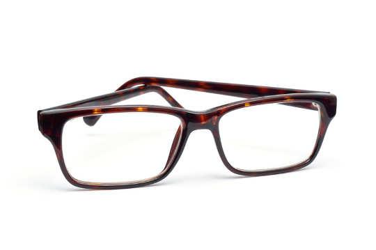 Brille vor weißem Hintergrund