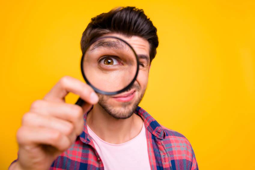 Suche mit einer Lupe - bildlich für Google Ads für Fachanwälte
