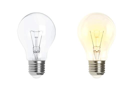 Glühbirnen vor weiß - links aus, rechts leuchtend - bildlich für Schulung Kanzleimarketing