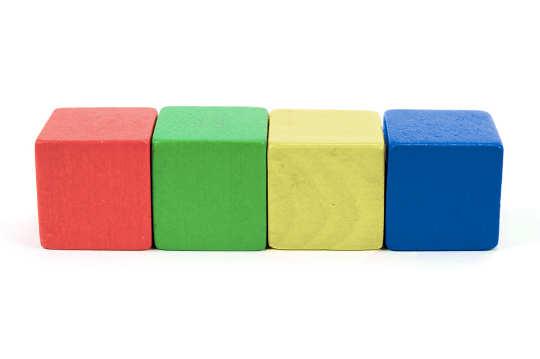 Vier farbige Bauklötze in einer Reihe